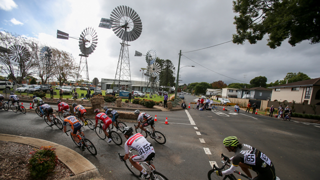 The Tour of Toowoomba peloton takes fast left during the final stage criterium (Mark Gunter)