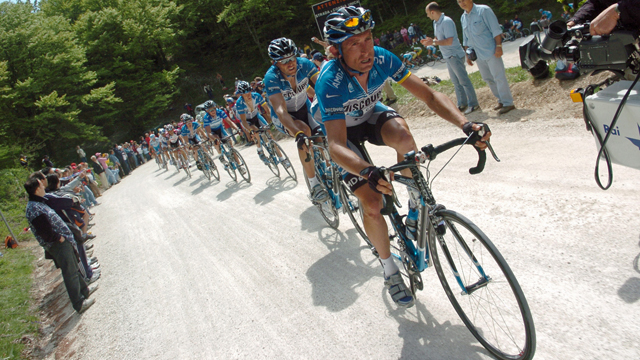 Matt White driving the peloton for Discovery Channel during Stage 7 of the 2006 Giro d'Italia (Sirotti)