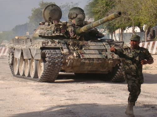 An African Union soldier runs past a tank after African Union-backed Somali government troops seized positions of hardline Shebab insurgents in Mogadishu. (File: Getty)