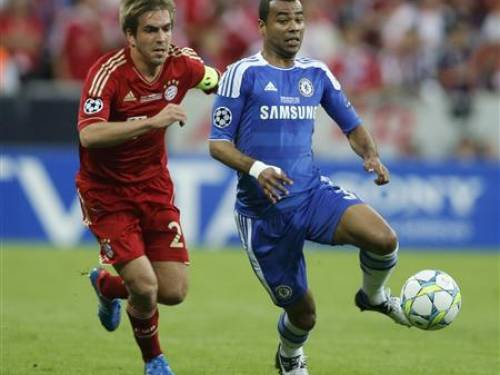 Philipp Lahm of Bayern Munich (L) and Ashley Cole of Chelsea fight for the ball during their Champions League final soccer match at the Allianz Arena in Munich, May 19, 2012. REUTERS/Wolfgang Rattay