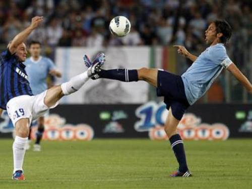 Lazio's Stefano Mauri (R) challenges Inter Milan's Esteban Cambiasso during their Italian Serie A soccer match at the Olympic stadium in Rome May 13, 2012. REUTERS/Max Rossi