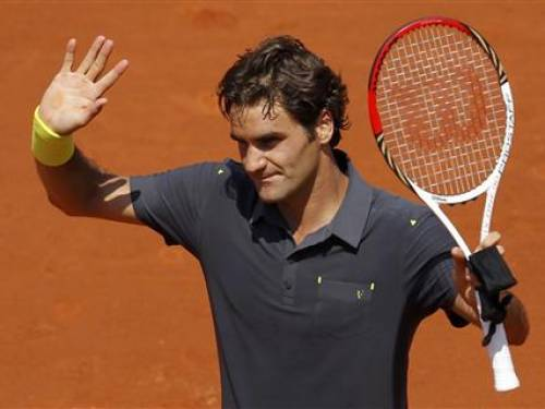 Roger Federer of Switzerland waves after winning his match against Tobias Kamke of Germany during the French Open tennis tournament at the Roland Garros stadium in Paris May 28, 2012. REUTERS/Benoit Tessier