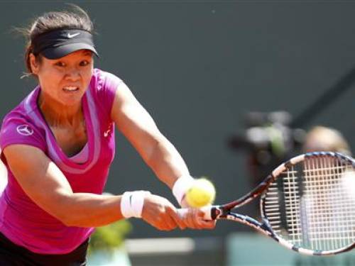Li Na of China returns the ball to Sorana Cirstea of Romania during the French Open tennis tournament at the Roland Garros stadium in Paris May 28, 2012. REUTERS/Regis Duvignau