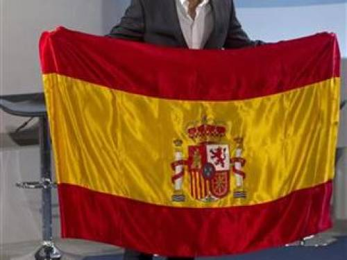 Spanish tennis player Rafael Nadal, Spain's official flag barrier in the London Olympics, poses with the Spanish national flag during a ceremony in Madrid July 14, 2012. REUTERS/Juan Medina