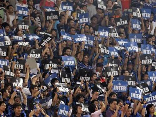Chinese fans of Inter Milan cheer before the start of the Italian Super Cup football match between Inter Milan and Lazio at the Olympic Stadium in Beijing in this August 8, 2009 file photograph. REUTERS/David Gray/Files
