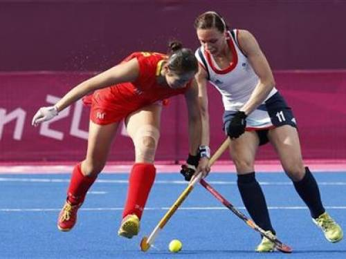 Britain's Kate Walsh (R) is challenged by China's Zhao Yudiao during their women's Group A hockey match at the London 2012 Olympic Games at the Riverbank Arena on the Olympic Park August 4, 2012. REUTERS/Suzanne Plunkett
