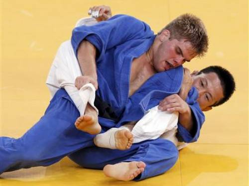 Nicholas Delpopolo (L) of the U.S. (blue) fights with South Korea's Wang Ki-Chun during the men's -73kg quarter-final judo match at the London 2012 Olympic Games in a July 30, 2012 file photo. REUTERS/Kim Kyung-Hoon/files