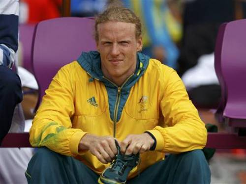 Australia's Steve Hooker prepares to compete in the men's pole vault qualification at the London 2012 Olympic Games at the Olympic Stadium August 8, 2012. REUTERS/Phil Noble