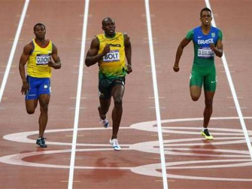 Jamaica's Usain Bolt runs ahead of Ecuador's Alex Quinonez (L) and Brazil's Aldemir da Silva Junior (R) in their men's 200m semi-final during the London 2012 Olympic Games at the Olympic Stadium August 8, 2012. REUTERS/David Gray