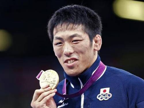 Japan's Tatsuhiro Yonemitsu poses with his gold medal at the podium of the Men's 66Kg Freestyle wrestling at the ExCel venue during the London 2012 Olympic Games August 12, 2012. REUTERS/Grigory Dukor