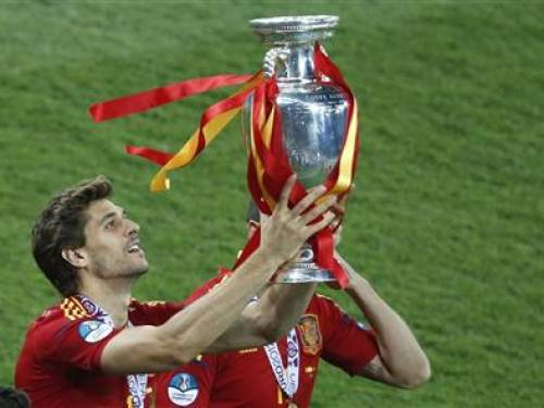 Spain's Fernando Llorente holds up the trophy after defeating Italy to win the Euro 2012 Euro 2012 final soccer match at the Olympic stadium in Kiev, July 1, 2012. REUTERS/Charles Platiau