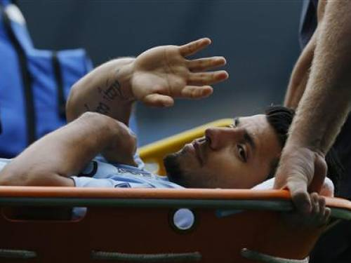 Manchester City's Sergio Aguero waves to supporters as he is stretchered off the pitch during their English Premier League soccer match against Southampton at the Etihad Stadium, northern England, August 19, 2012. REUTERS/Phil Noble