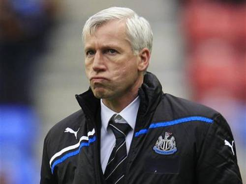 Newcastle United manager Alan Pardew reacts during their English Premier League soccer match against Wigan Athletic at the DW Stadium in Wigan April 28, 2012. REUTERS/Eddie Keogh