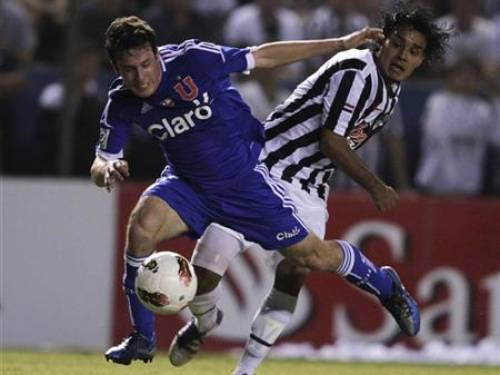 Angelo Henriquez (L) of Chile's Universidad de Chile battles Ismael Benegas of Paraguay's Libertad for the ball during their Copa Libertadores match at the Libertad stadium in Asuncion City May 16, 2012. REUTERS/Mario Valdez