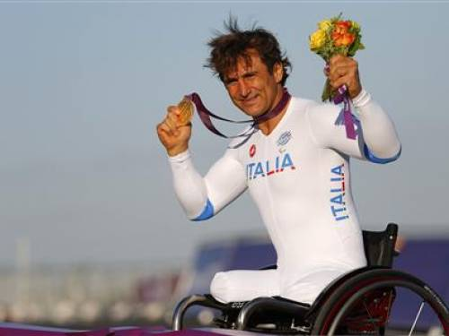 Former F1 and Cart racing car driver Alessandro Zanardi of Italy, shows off his gold medal for the Men's Individual H4 Time Trial during the London 2012 Paralympic Games at Brands Hatch racing circuit near Sevenoaks, September 5, 2012. REUTERS/Andrew Winning