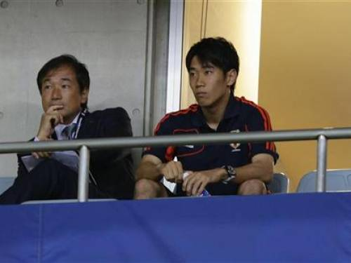Japan's Shinji Kagawa (R) watches his teammates from the stand during their 2014 World Cup qualification match against Iraq in Saitama, north of Tokyo, September 11, 2012. REUTERS/Toru Hanai