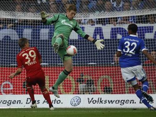 Bayern Munich's Toni Kroos tries to score against Sckalk 04's Lars Unnerstall (C) during the German first division Bundesliga soccer match in Gelsenkirchen September 22, 2012. REUTERS/Ina Fassbender