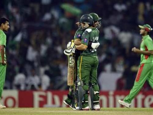 Pakistan's Imran Nazir and Kamran Akmal embrace after the defeat of Bangladesh in their Twenty20 World Cup group D match at Pallekele September 25, 2012. REUTERS/Philip Brown