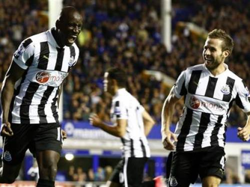 Newcastle United's Demba Ba (L) celebrates his second goal against Everton with Yohan Cabaye during their Premier League match at Goodison Park in Liverpool, northern England, September 17, 2012. REUTERS/Darren Staples