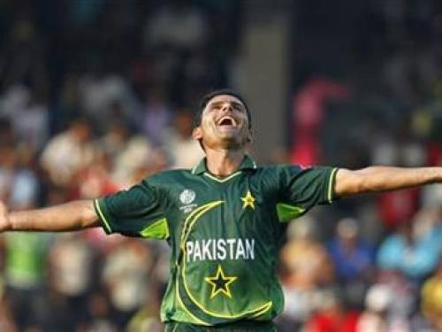 Pakistan's Abdul Razzaq celebrates taking the wicket of Australia's Mitchell Johnson during their ICC Cricket World Cup group A match in Colombo March 19, 2011. REUTERS/Andrew Caballero-Reynolds