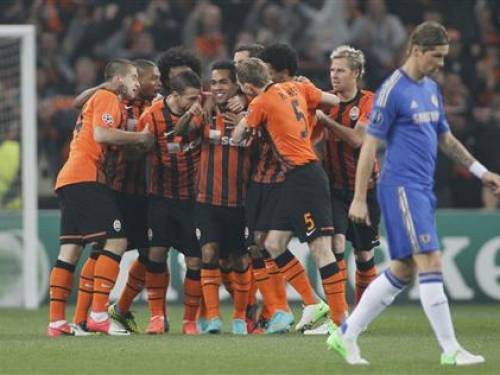Shakhtar Donetsk players celebrate a goal near Chelsea's Fernando Torres during their Champions League Group E soccer match at the Donbass Arena in Donetsk October 23, 2012. REUTERS/Gleb Garanich