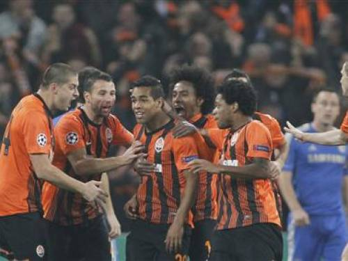 Shakhtar Donetsk's Alex Teixeira (3rd L) celebrates with teammates after scoring a goal against Chelsea during their Champions League Group E soccer match at the Donbass Arena in Donetsk October 23, 2012. REUTERS/Gleb Garanich