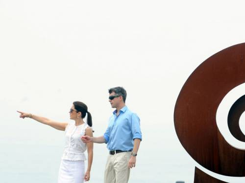 Princess Mary and Crown Prince Frederik at the Sculpture By the Sea exhibition in Sydney. (AAP)