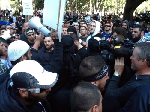 A group of protestors demonstrating against an anti-Islam video in Sydney. (AAP)