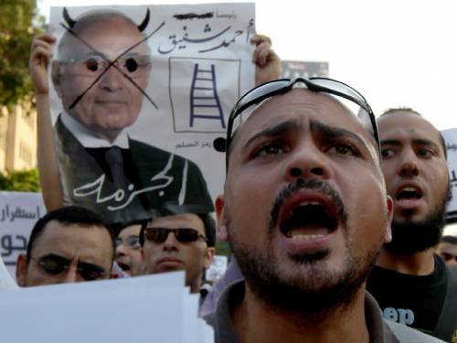 Egyptians protest against presidential candidate Ahmed Shafiq ahead of Sunday's election. (AAP)