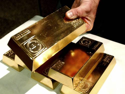 A woman who found $18,000 worth of gold bars on a NSW beach has been allowed to keep them. (AAP)
