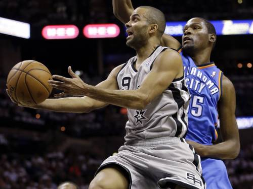 Tony Parker (L) sank the game-winner in San Antonio's 86-84 NBA victory over the Oklahoma City. (AAP)