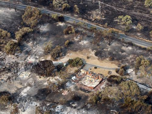 Interstate crews are flying to Tasmania to help with fire-fighting, as major blazes are downgraded. (AAP)