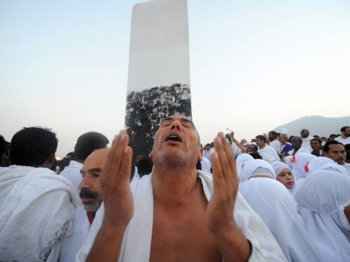 Vast crowds of Muslim pilgrims have flocked to Mount Arafat to perform the main hajj rites. (AAP)