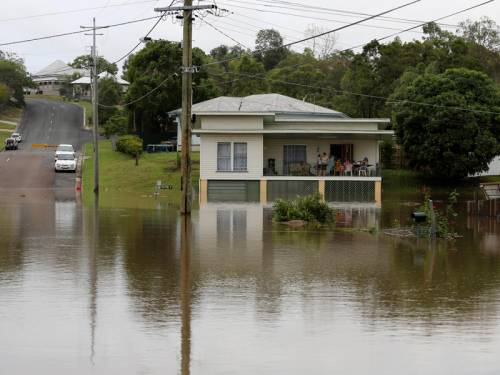 Suburbs on Brisbane's southside could run out of water, Queensland Premier Campbell Newman says. (AAP)