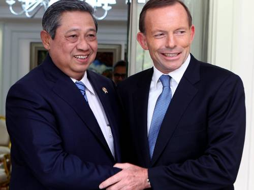 The coalition says Tony Abbott (R) discussed people-smuggling with the Indonesian president. (AAP)