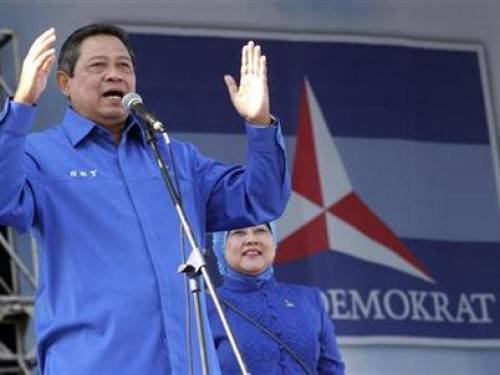 Indonesian President Susilo Bambang Yudhoyono speaks to his Democratic party supporters during a rally in Banda Aceh, Aceh province, March 29, 2009. REUTERS/Tarmizy Harva