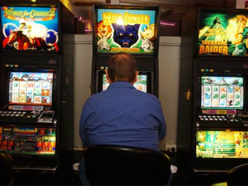 Mr Wilkie has been talking with the government about his concerns that the draft laws do not specify that poker machines have to be 'flick-the-switch ready' for future governments to roll out mandatory precommitment technology. (AAP)
