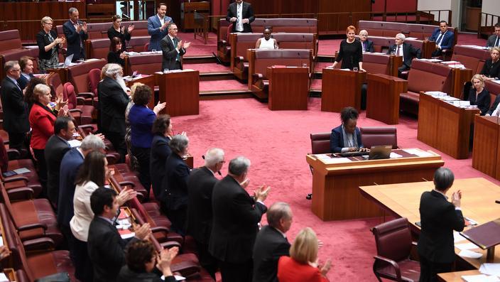 Senatori aplaudiraju državnom advokatu George Brandis-u za kritike upućene Pauline Hanson