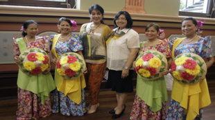 Aida Garcia (pangatlo mula sa kanan) kasama ng mga lider sa komunidad