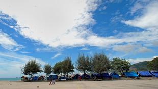 Ang mga tolda ng mga asylum seeker sa bayan ng Merak sa Indonesia