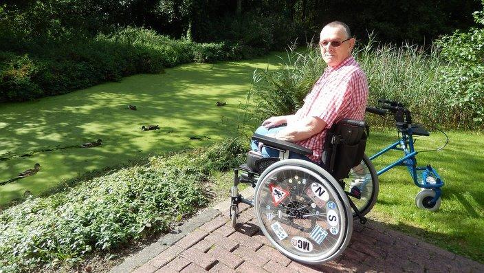 May kapansanang lalake na nasa Wheelchair