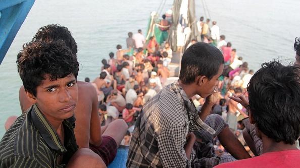 Mga Rohingya na sakay ng bangka hinatak ng mga mangingisda palapit sa lupa malapit sa probinsya ng Aceh sa Indonesia