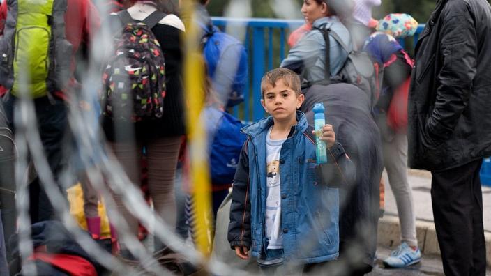 Mga migrante habang naghihintay pumasok sa Hungary