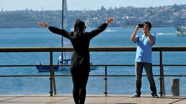 Turisteja Sydneyn satamassa