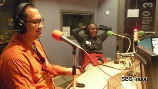 Enrico Aditjondro dan Frengky Making di studio SBS Melborne, 17 May 2013.