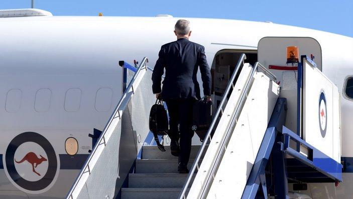 il PM Malcom Turnbull si imbarca in un aereo, destinazione Malta e Parigi