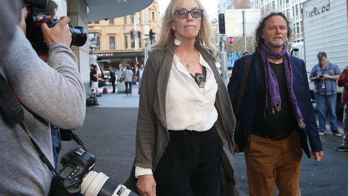 Родителите на една од жртвите во опсадата Тори Џонсон пристигнуваат за извештајот.