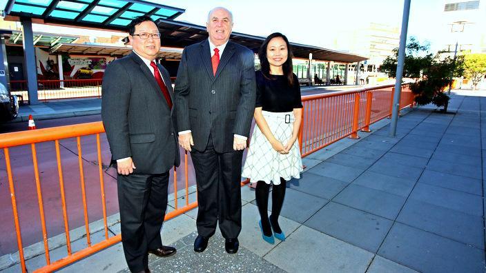 单伟广先生(左一)和其竞选团队
