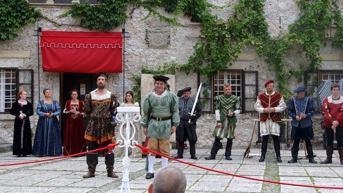 Člani KD Viteza Gašperja Lambergerja v predstavi na Blejskem gradu