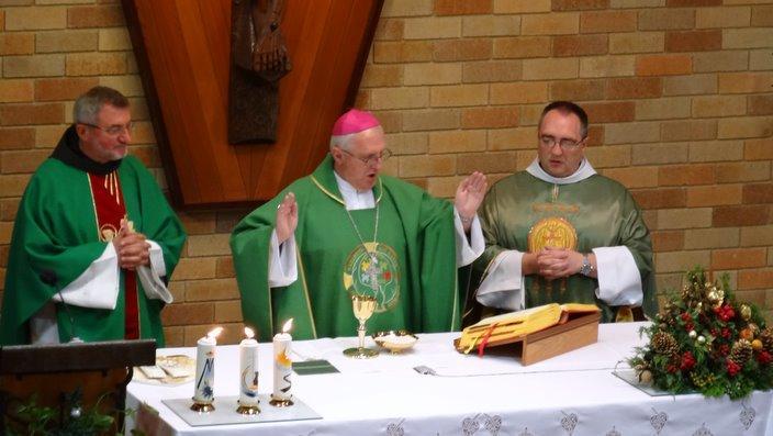 Nadškof msgr Stanislav Zore OFM, p Ciril Božič OFM OAM EV in p Darko Žnidaršič OFM pri Sv. Rafaelu